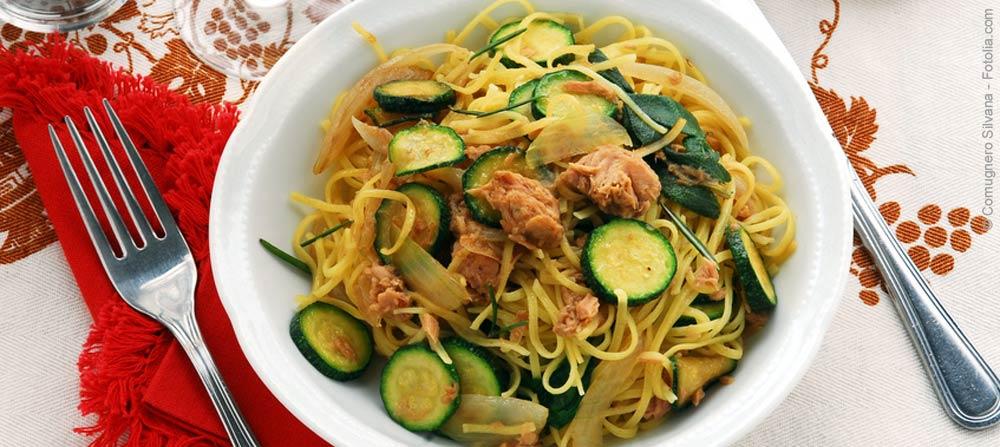 pasta mit zucchini und thunfisch schnell und lecker heidetrends. Black Bedroom Furniture Sets. Home Design Ideas