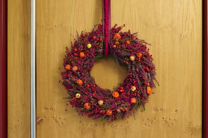 turkranz herbst der ta 1 4 rkranz aus roten callunen und erica gracilis zierapfeln hagebutten online kaufen